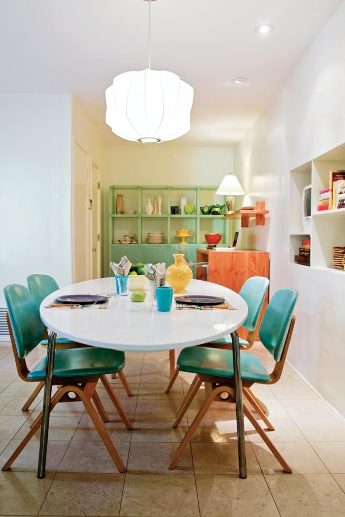 como decorar un salon, comedor con mesa blanca de plástico, sillas azules, alacena, lámpara colgante, baldosas