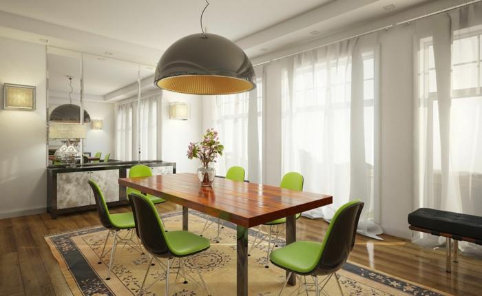 decoracion de salones, mesa de amdera con sillas de plástico verdes, alfombra, lámpara colgante, alfombra