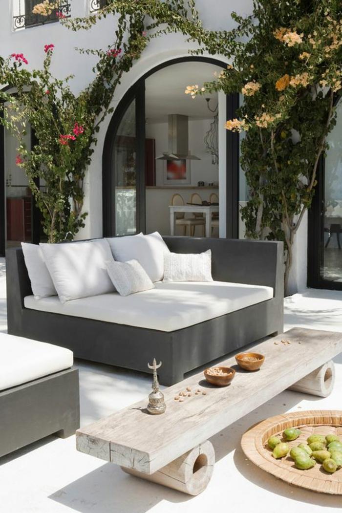 decoracion de terrazas, terraza con suelo colgante, silla camas, mesa de madera clara, árboles deorativos