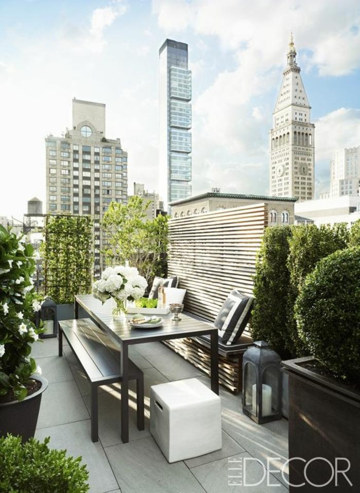 decoracion de terrazas, terraza urbana con baldosas, mesa y sillas de madera negra