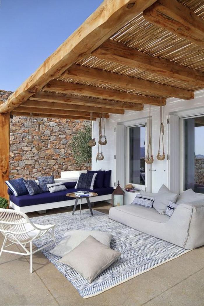 decoracion jardin, terraza en blanco y azul, dos sofás, tapete con cojines, decoracion colgante