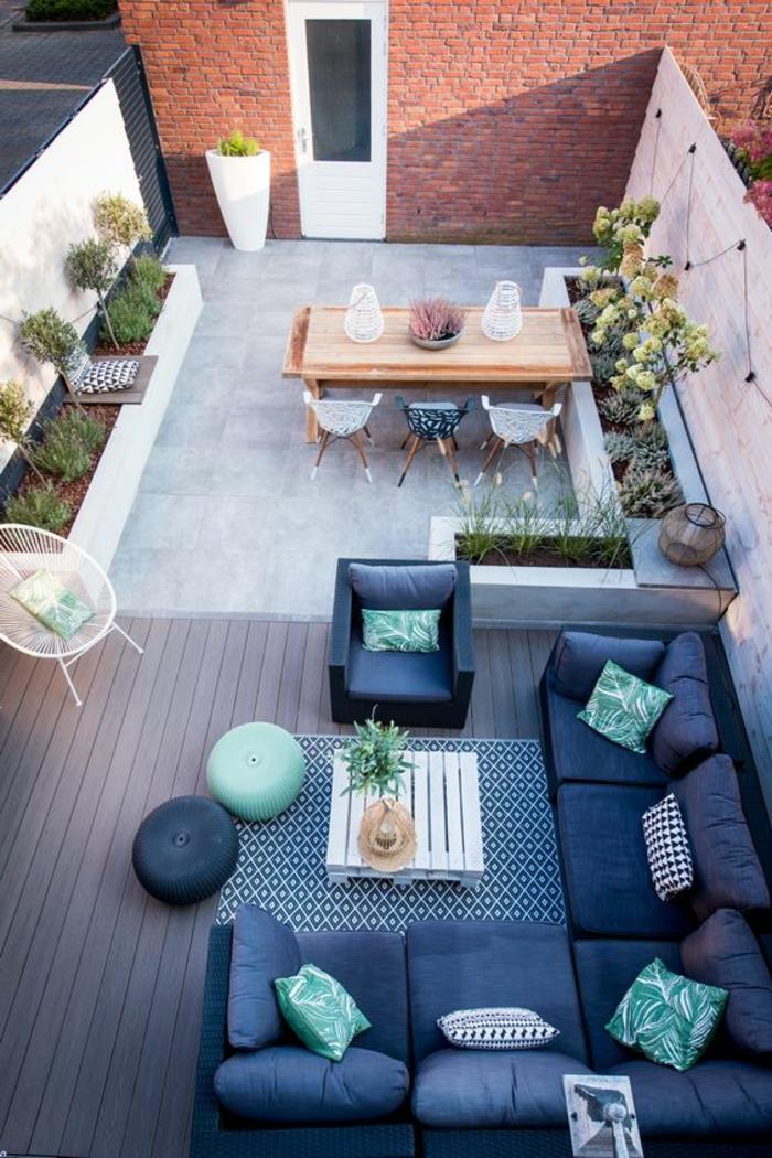 decoracion jardin, terraza de dos ambientes, comedor con mesa y sillas, sofá en azul y verde, plantas, silla Acapulco