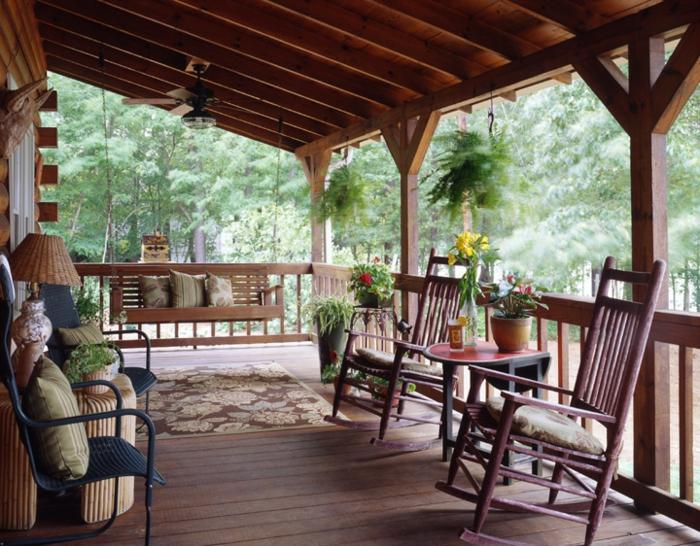 decoracion jardin, terraza con suelo de madera, balancines y banca, decoracion con tapete, plantas y cojines