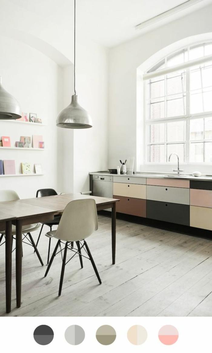 decoracion nordica, cocina en colores pastel, comedor con mesa de madera, estantería y con libros