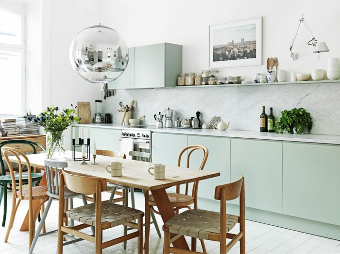 decoracion nordica, decoracion de cocina con comedor, alacenas en verde pastel, lámpara de neón, mesa y sillas de madera