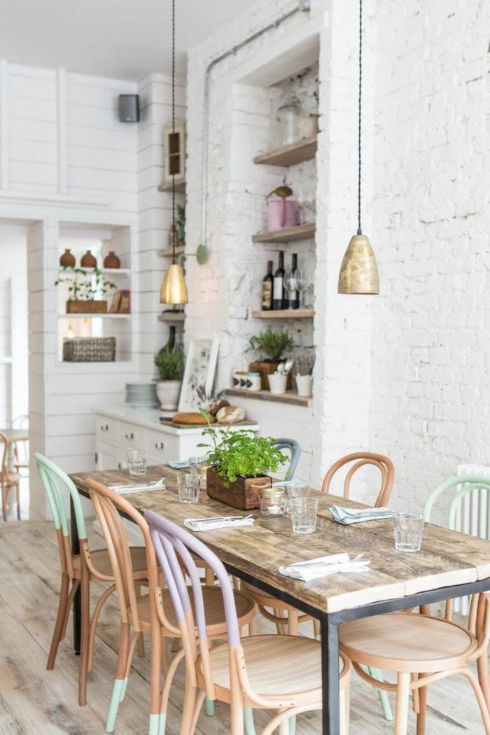pintar paredes, comedor con sillas en colores pastel, mesa rectangular, estantería con botellas