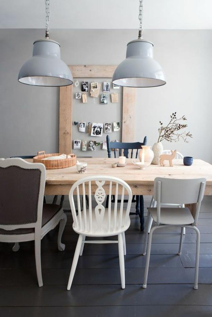 decoracion nordica, suelo oscuro, mesa rectangular de madera clara, lámparas colgantes en color pastel