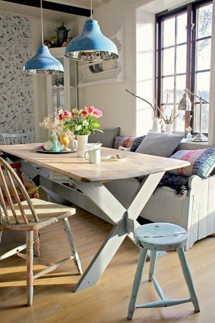 pintar paredes, decoración de comedor con lámparas azules, sofá con cojines, flores y taza