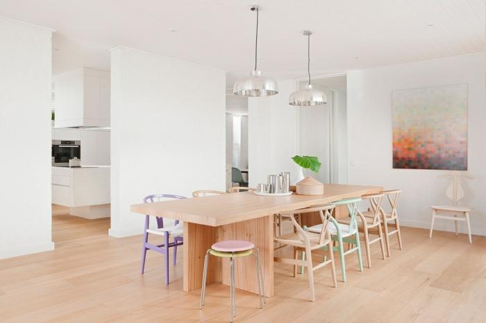 como decorar una habitacion, comedor con mesa de madera, sillas en colores pastel, lamparas colgantes, cuadro en la pared