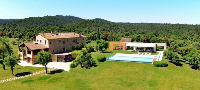decoracion rustica, villa de piedra con jardín y piscina, paisaje con bosque