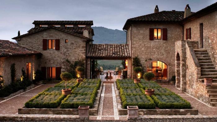 decoracion rustica, villa de piedra con patio y senda pavimentada, jardín y escaleras