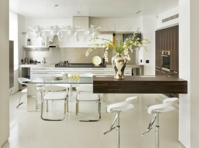 decoracion salon, comedor en cocina blanca con mesa de vidrio, madera oscura, sillas tapizadas de cuero