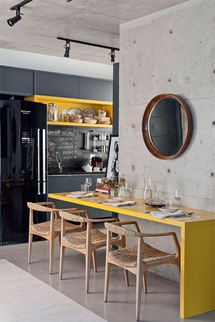 decoracion salon comedor, comedor con mesa amarilla, sillas tejidas, espejo, nevera
