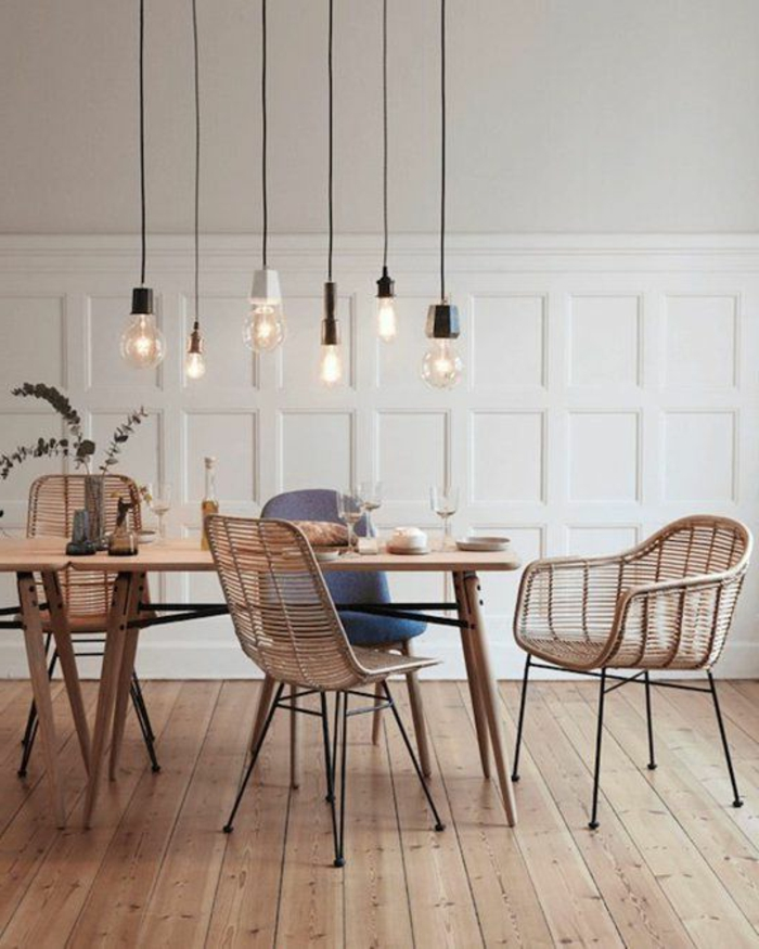 decoracion salon, comedor con mesa de madera clara, sillas tejidas, parqué, paredes blancas