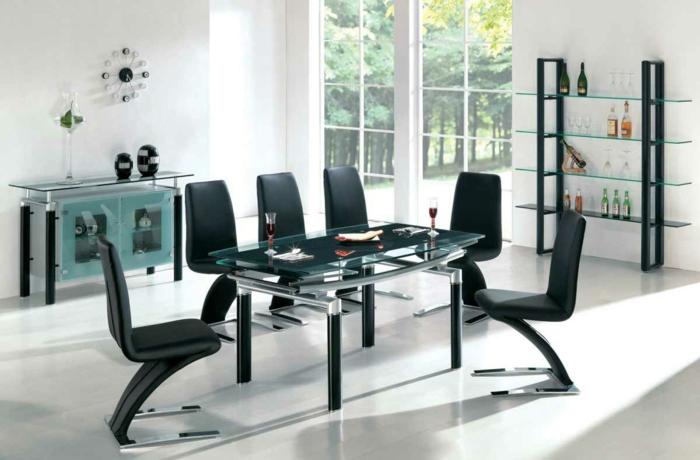 decoracion salon comedor, mesa de metalo y vidrio, sillas negras, suelo laminado, estantería, reloj, ventanal