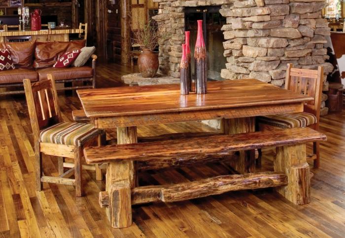 decoracion salon, comedor estilo rústico, mesa y banca de madera, sillas tapizadas, parqué, pared de ladrillo, sofá, botellas