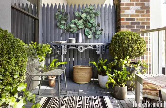 decoracion terrazas, terraza con suelo tarima, silla y banca, plantas verdes y tapete