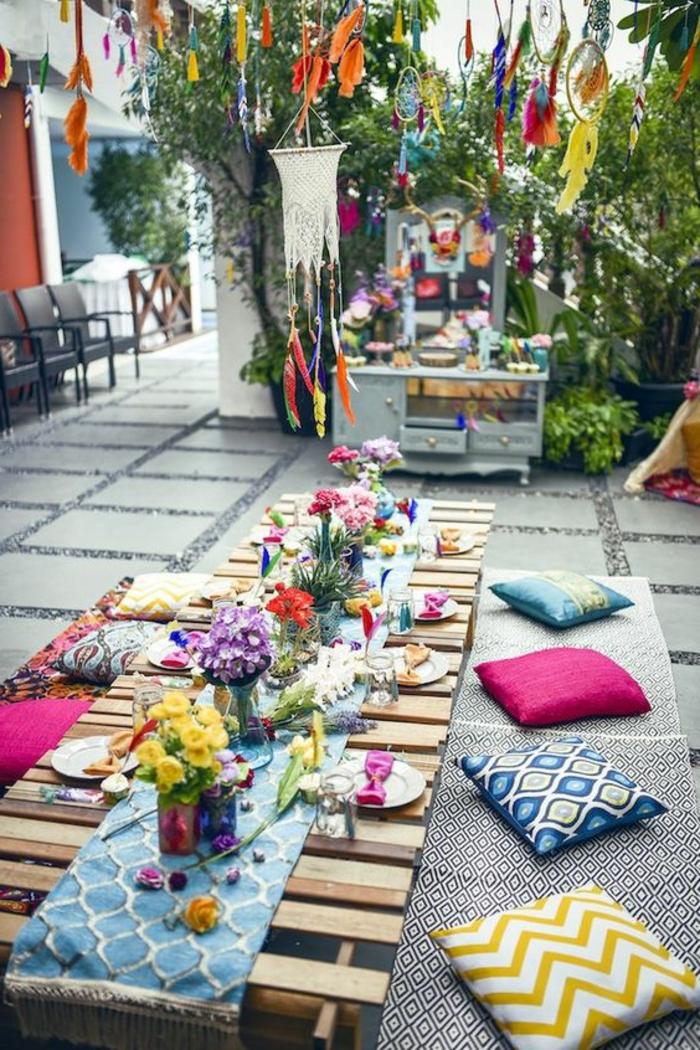 decoracion terrazas, terraza con baldosas, tapete y cojines multicolor, decoración colgante