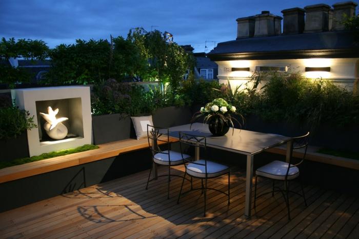 decoracion terrazas, terraza con suelo de trima, mesa de metal, sillas tapizadas, plantas y flores