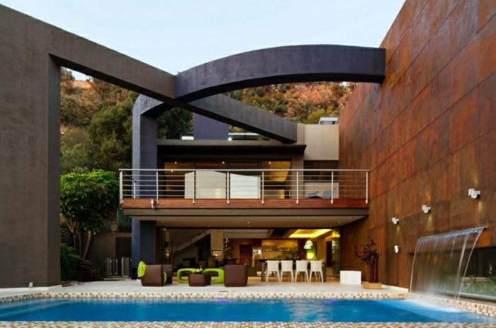 diseñar casas, villa de dos pisos con arcos grandes cruzados, fuente de piscina