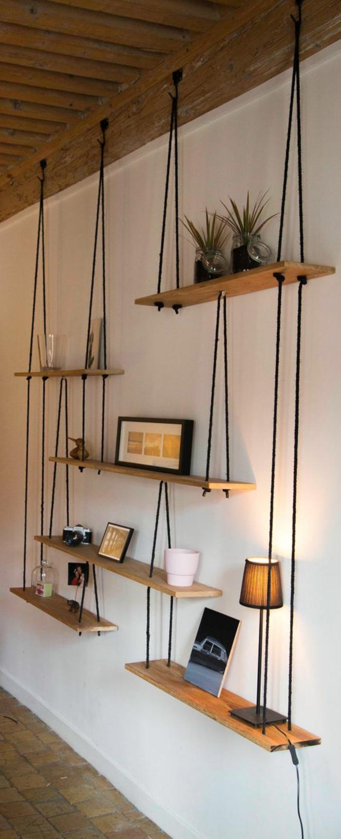 estante flotante de madera, lamparas, flores, marcos de fotos