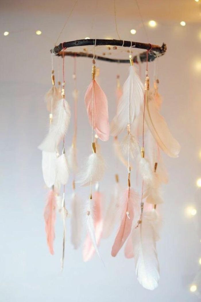 decoracion colgante con plumas en rosa y blanco, estilo hippie