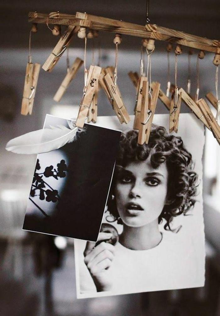 decoracion con pinzas de madera, fotos en blanco y negro, pluma