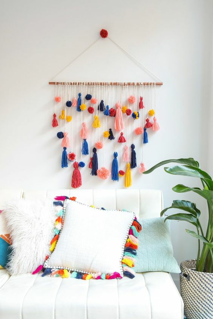 decoracion en pared blanca, hilos de colores, sillón