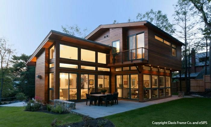 fachadas de casas rústicas, villa de madera, con ventanales y patio