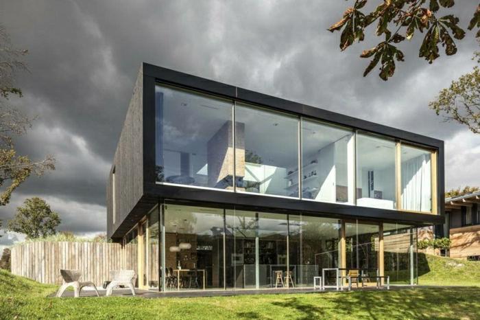 fachadas de casas, villa elevada de dos pisos con paredes de vidrio y jardín