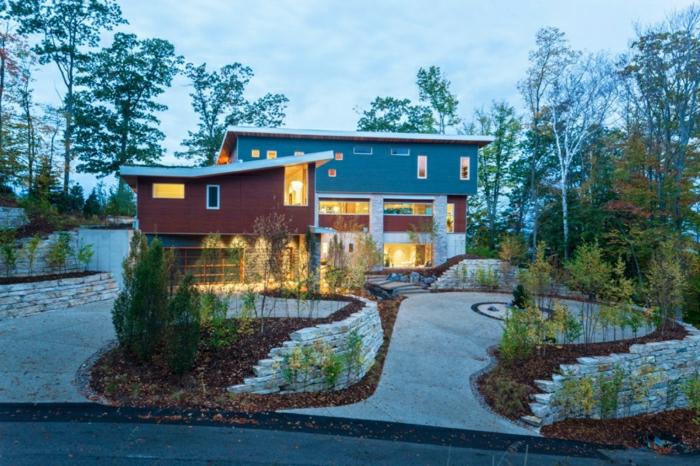 fachadas modernas, casa en rojo y gris con techo irregular y jardín pequeño