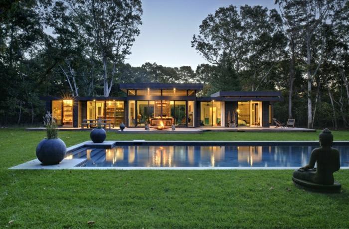 fachadas modernas, casa con paredes de vidrio, patio, cesped, piscina, estatuas
