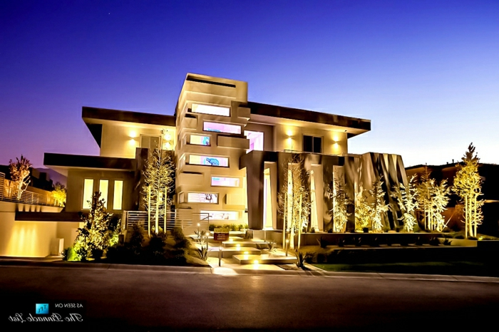 fachadas modernas, villa de diseño irregular con columnas e iluminación artística