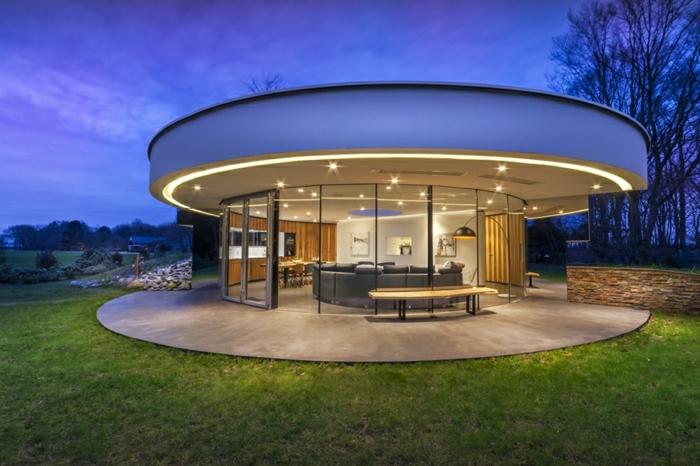 fachadas modernas, villa redonda con techo plano, una habitación con paredes de vidrio