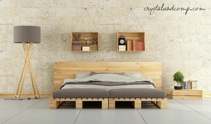 muebles de palets, cama doble con cabecero de palets, decoracion colgante de pared con palets, lámpara, mesa de noche