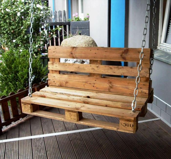 muebles de jardin con palets, columpio de palets con cadena de metal, terraza y plantas
