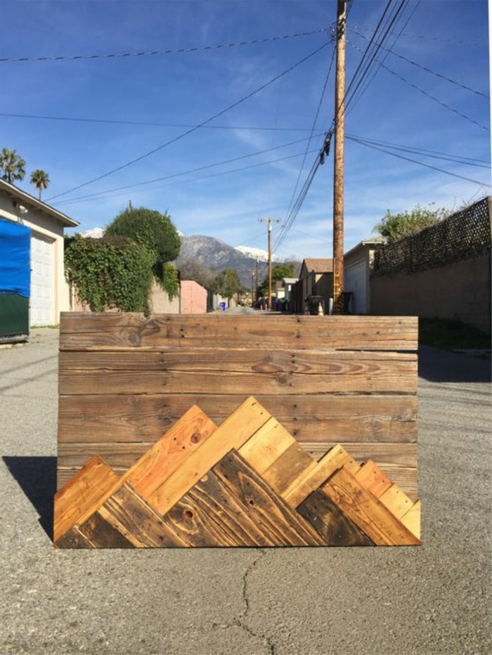 muebles de palets, cuadro de montaña con palets puesto en una calle