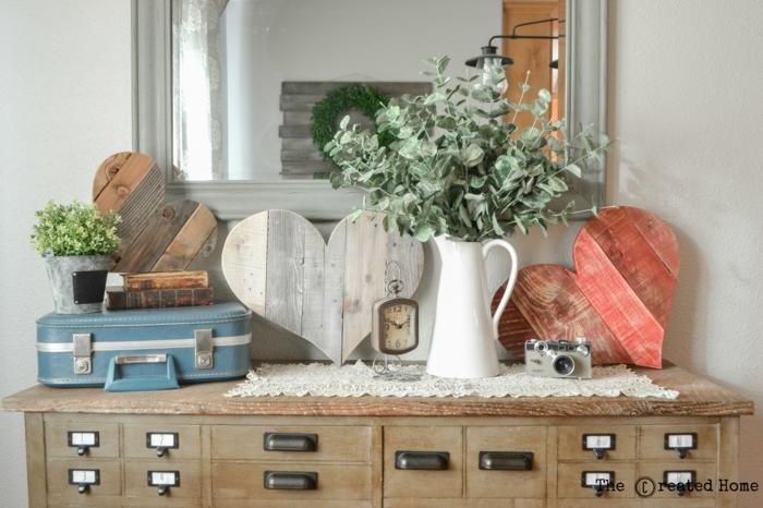 muebles de palets, decoración de palets en forma de corazón, mesa con espejo, flores y maleta