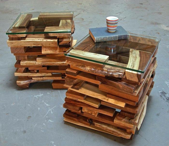 mesas con palets, dos mesas de palets y vidrio, taza sobre libro