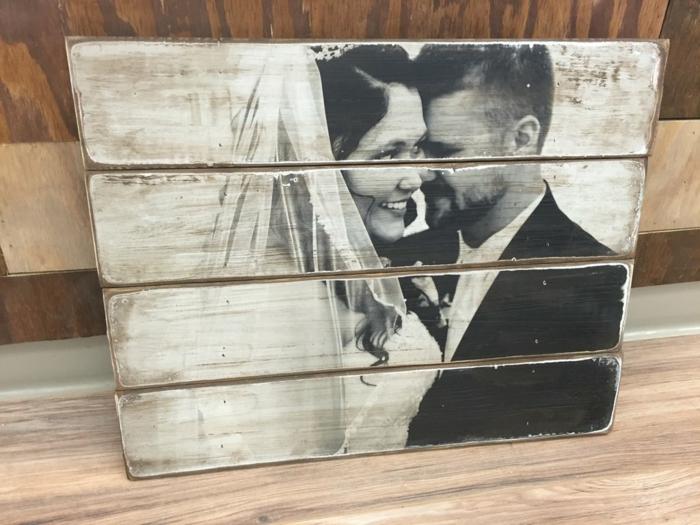 muebles de palates, foto de boda en blanco y negro sobre palets de madera