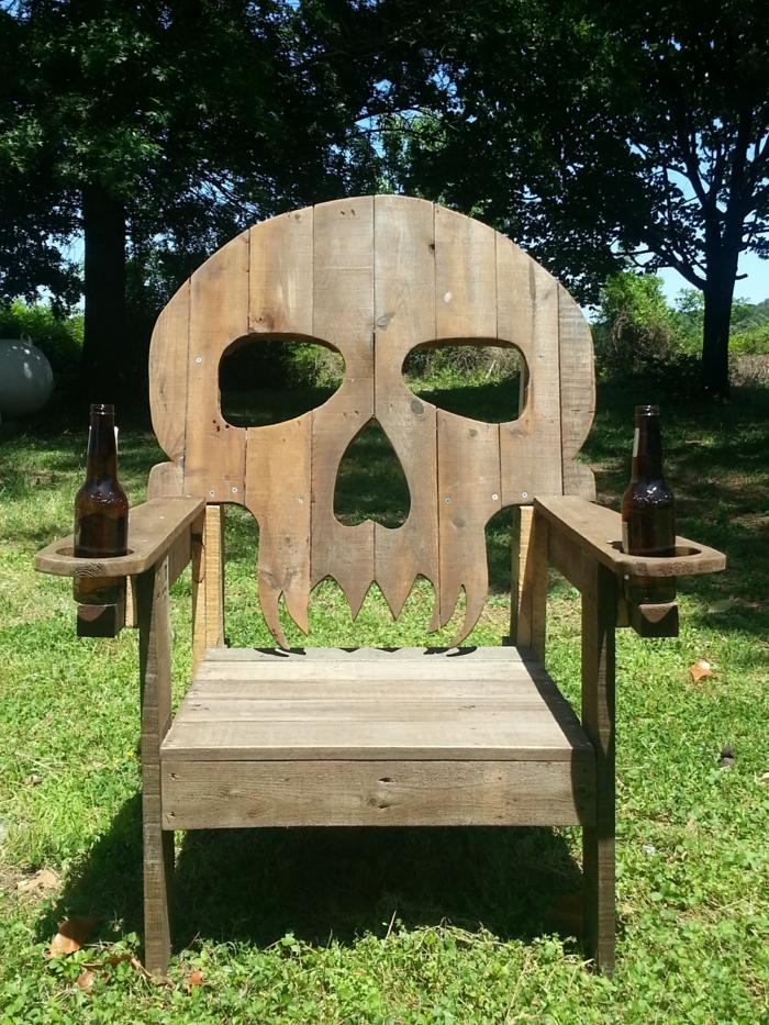 muebles de jardin con palets, silla en forma de calavera con botellas