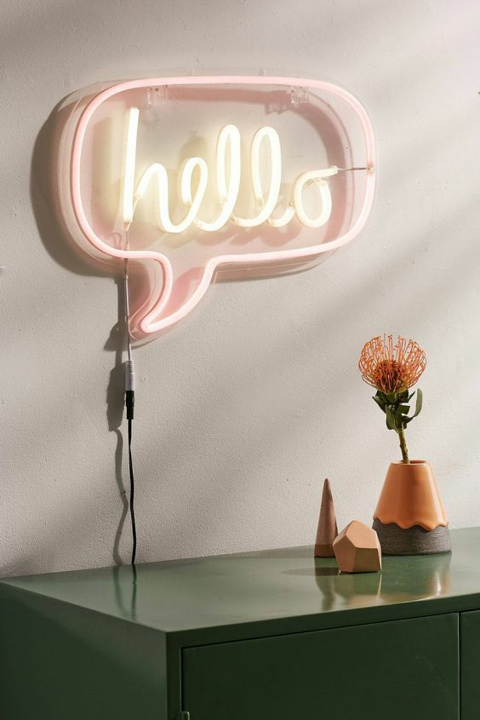 ideas decoracion, lampara en pared con la frase hello en color rosa