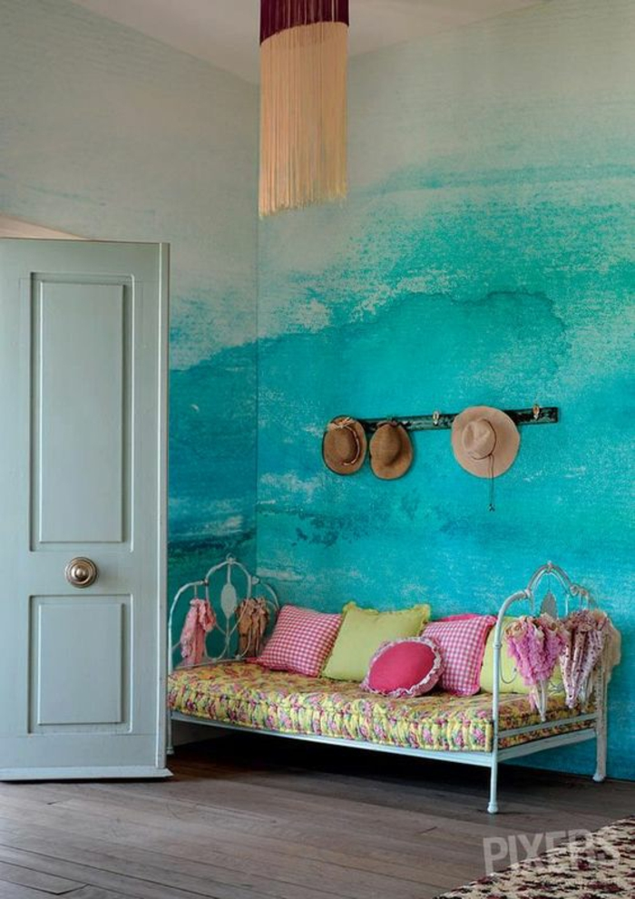 ideas para decorar, pared pintada con acuarelas color aguamarina, sombreros