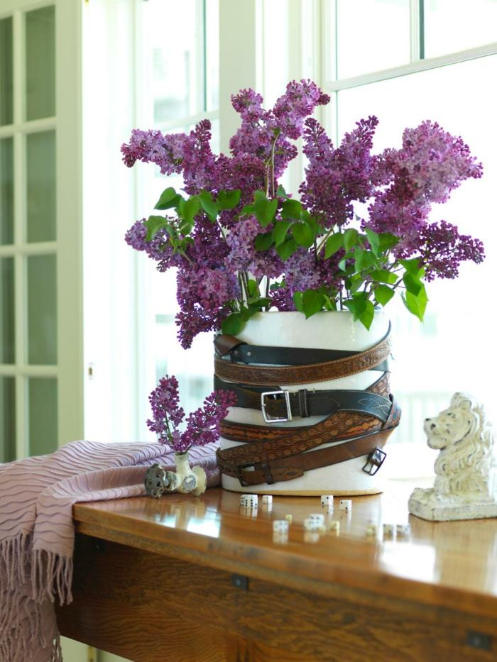 decoracion de mesa, florero con cinturones, lilas