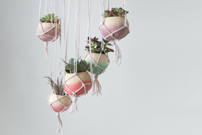 macetas colgantes de colores, cuerdas con nudos
