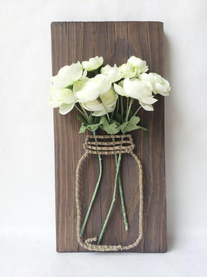 decoracion de pared, florero de cuerda sobre pieza de madera, rosas blancas