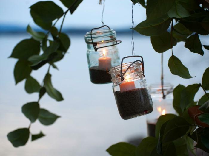 decoracion jardin, candelas en frascos de cristal colgantes, arbol