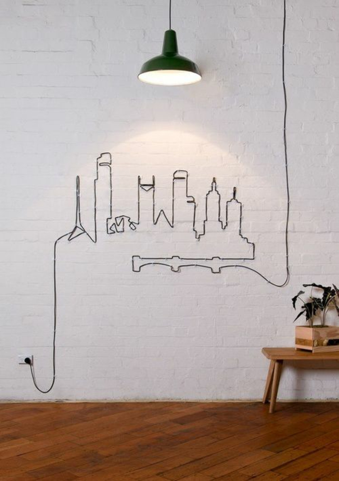 pared blanca,decoracion con cable negro de lampara