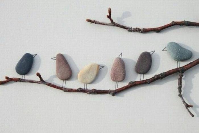 pajaritos hechos de piedras, pared blanca