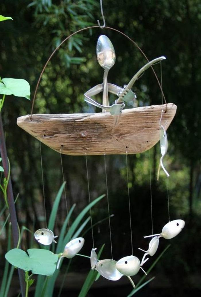 decoracion de jardines, figura de pescador hecha con cubiertos reciclados